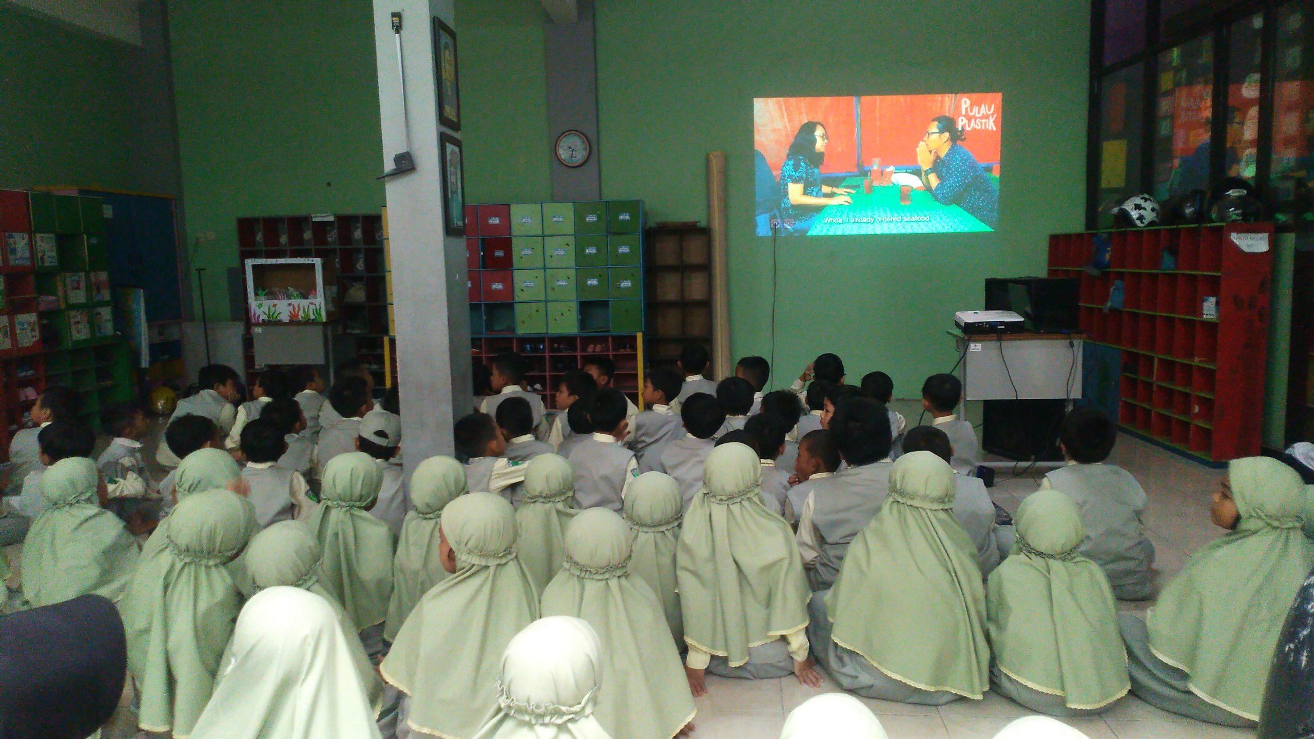 Dzul Qarnain, SD Muhammadiyah 4-Menonton Video Pulau Plastik